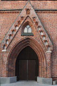 Portal der Johanneskirche - Stein auf Stein wieder aufgebaut - mit Terrakottafiguren in Vollendung