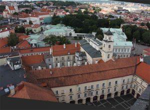 Blick auf zwei der Innenhöfe der Uni und die Parlamentsgebäude (grüne Dächer)