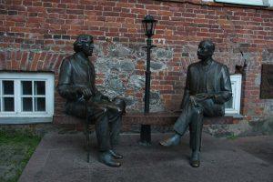 """Skulptur """"Oscar Wilde und Eduard Vilde"""""""