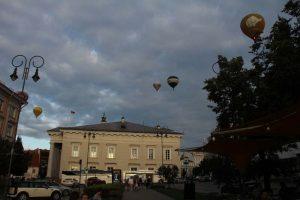 Heißluftballons steigen in den abendlichen Himmel