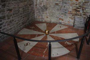 Foucaultsches Pendel im Turm der Johanneskirche