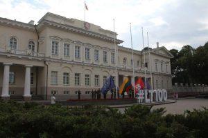 Einholen der Flaggen vor dem Präsidentenpalast