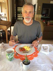 Frühstück mit Straußen-Rührei und Würstchen vom Strauß
