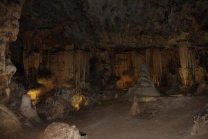 Das Ausmaß der Höhlenkammer nehmen wir erst mit Einschalten der elektrischen Beleuchtung wahr